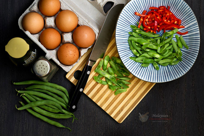 Green Beans Omelet, a quick and easy side dish usually eaten with rice. A cut red chili is added to provide a little heat. | MalaysianChineseKitchen.com