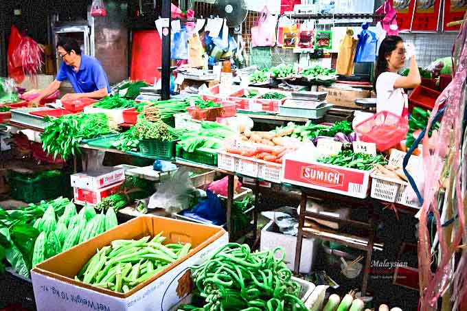 Market Day is a recollection of the sight and sounds of an old wet market of my childhood. Back then the wet market was central to life in the community. | MalaysianChineseKitchen.com