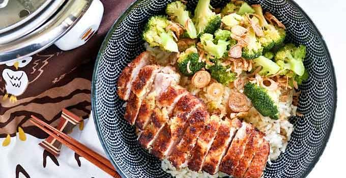 This Pork Cutlet Broccoli Bowl with breaded pan fried pork and steamed broccoli makes a delicious and healthy meal for one. Only 30 minutes to prepare. | MalaysianChineseKitchen.com