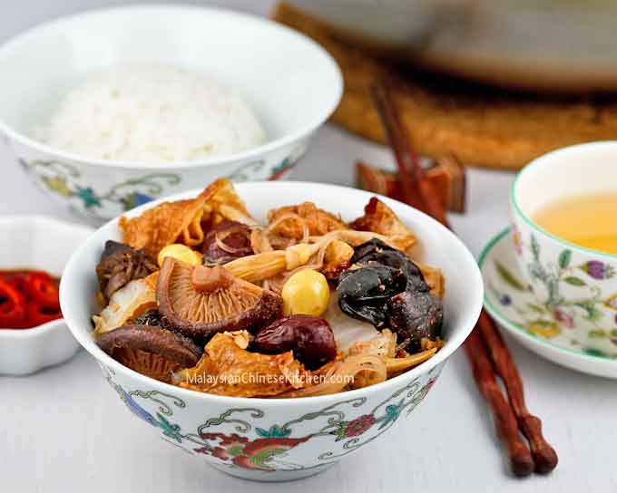 Loh Hon Chai is a kind of Braised Mixed Vegetables.